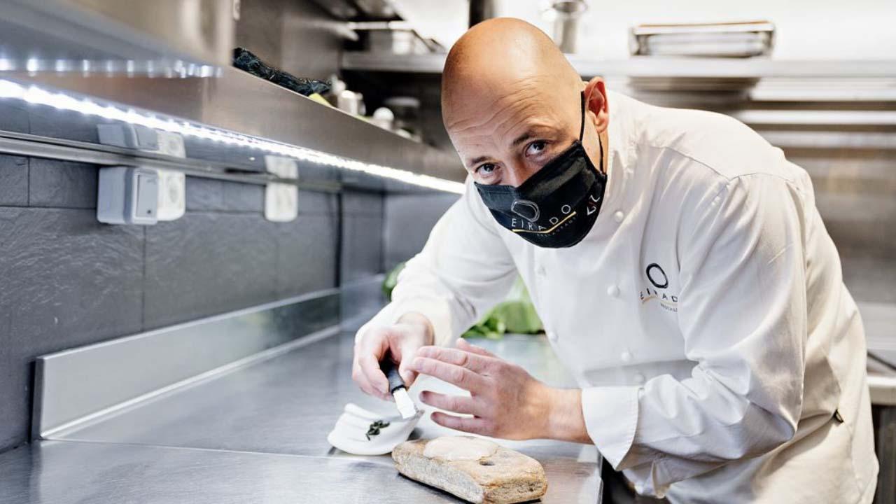 Iñaki Bretal trabaja en la cocina del Eirado da Leña